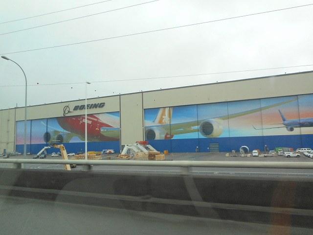 高速から見たボーイング工場